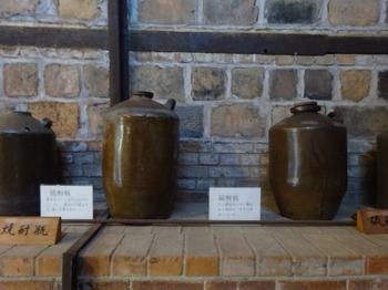 191117とこなめあるき22、焼酎瓶と硫酸瓶@展示工房館.JPG