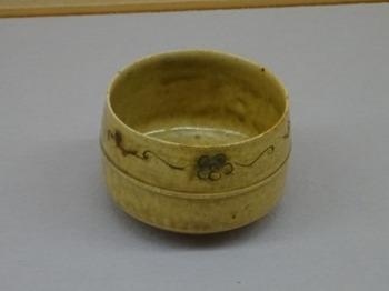 191203土岐市美濃陶磁歴史館11、黄瀬戸胴紐茶盌.JPG