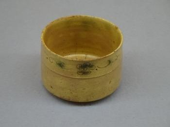 191203土岐市美濃陶磁歴史館12、黄瀬戸胴紐茶盌.JPG