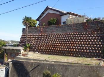 191215とこなめあるき37、桃源寺坂道にある擁壁.JPG