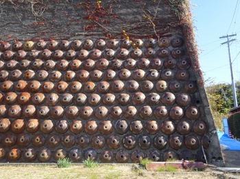 191215とこなめあるき38、桃源寺坂道にある擁壁.JPG