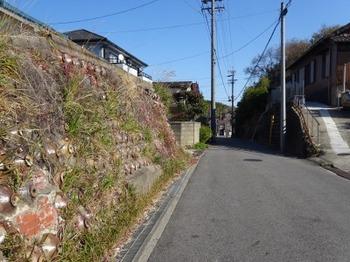 191215とこなめあるき39、焼酎瓶の擁壁(土留め).JPG