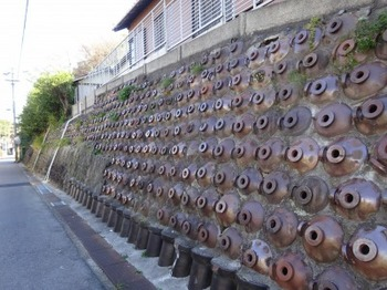 191215とこなめあるき43、硫酸瓶の擁壁(土留め).JPG