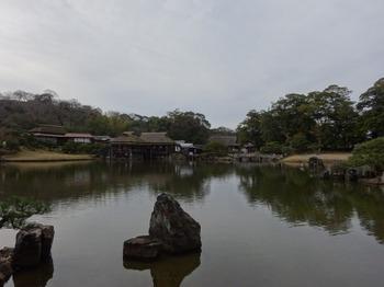 200106玄宮園03、魚躍沼越しに見る鳳翔台、臨池閣、御書院.JPG