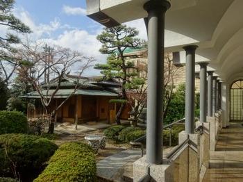 200108桑山美術館14、回廊より茶室「青山」を見る.JPG