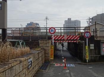 200213半田あるき06、JR半田駅南のガード下.JPG