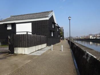 200213半田あるき15、半田運河沿いの黒板囲いの蔵.JPG