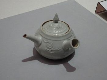 200311愛知県陶磁美術館06、白磁双龍宝珠文急須(木米).JPG