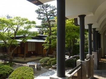 200404桑山美術館08、回廊から庭園を見る.JPG