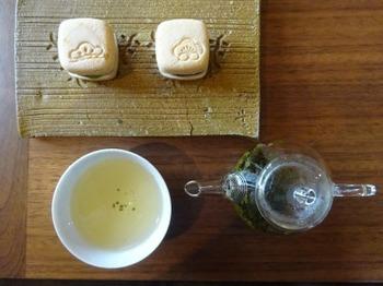 200820お茶の間のおと02、ペア最中と健康釜炒り茶.JPG