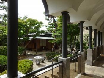 s_190912桑山美術館07、回廊より庭園の茶室「青山」を見る.JPG